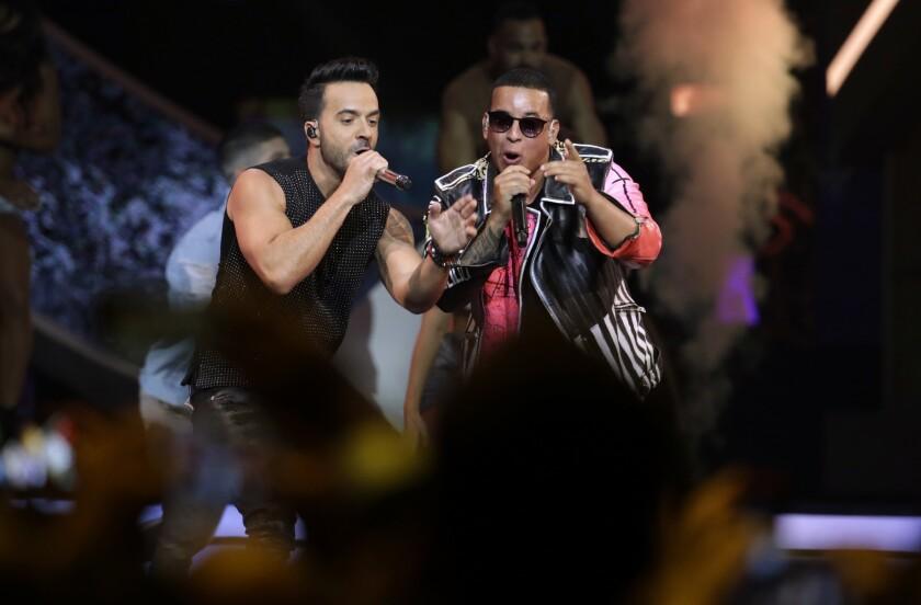 """En esta foto del 27 de abril del 2017, Luis Fonsi, a la izquierda, y Daddy Yankee cantan """"Despacito"""" en la ceremonia de los Premios Billboard de la Música Latina en Coral Gables, Florida."""