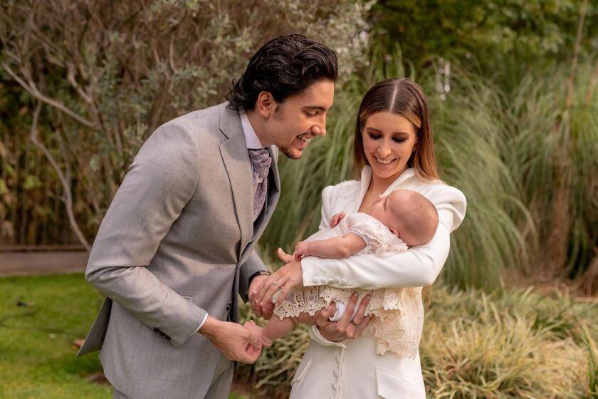 Álex y Alexia ya están entrenado con sus sobrina Cayetana para cuando les toque cuidar al suyo.