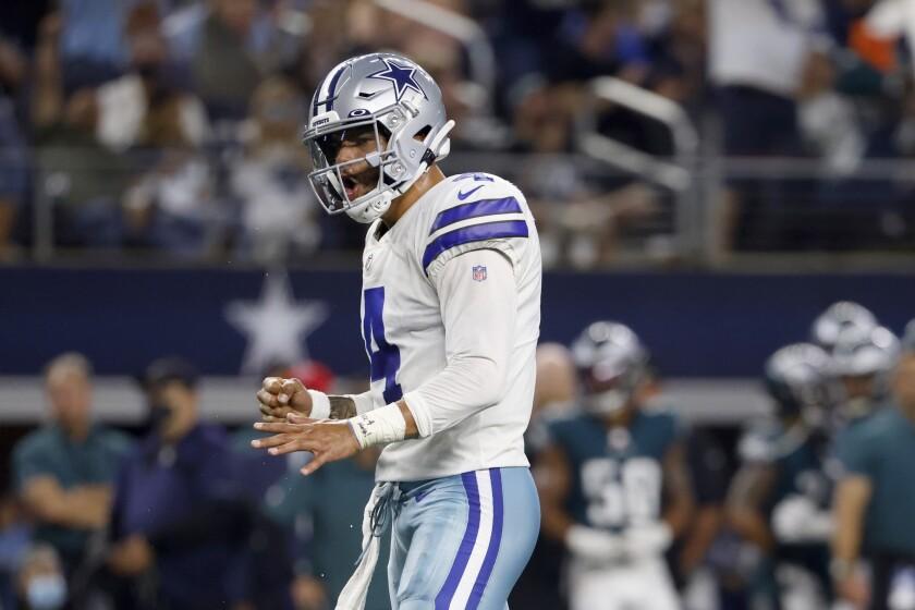 El quarterback de los Cowboys de Dallas, Dak Prescott, celebra tras un touchdown del running back Ezekiel Elliott en la primera mitad del juego contra los Eagles de Filadelfia, el lunes 27 de septiembre de 2021, en Arlington, Texas. (AP Foto/Ron Jenkins)