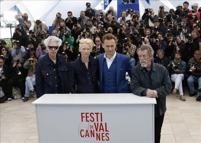 """(iz-dcha) El director estadounidense Jim Jarmusch, la actriz británica Tilda Swinton, el actor británico Tom Hiddleston y su compatriota John Hurt posan durante la presentación de """"Only lovers left alive"""" en el Festival de Cine de Cannes. EFE"""