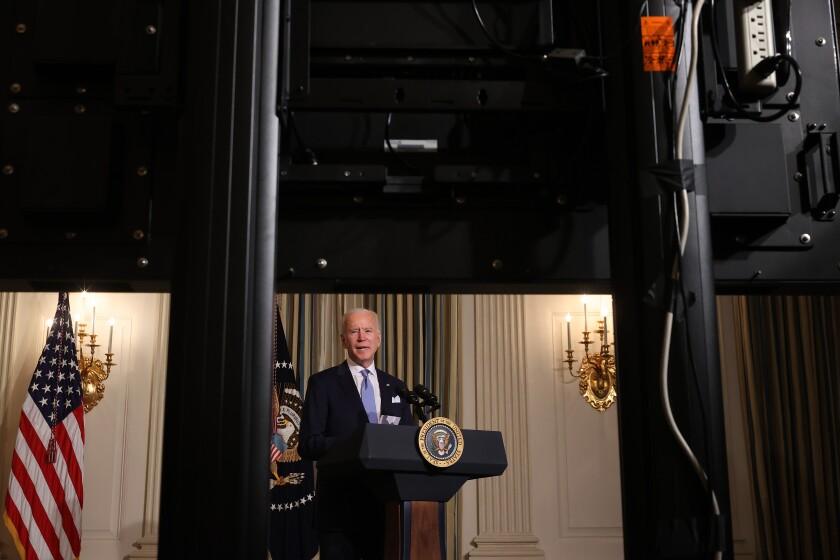 El Presidente de los Estados Unidos Joe Biden habla antes de llevar a cabo una virtual ceremonia de juramento