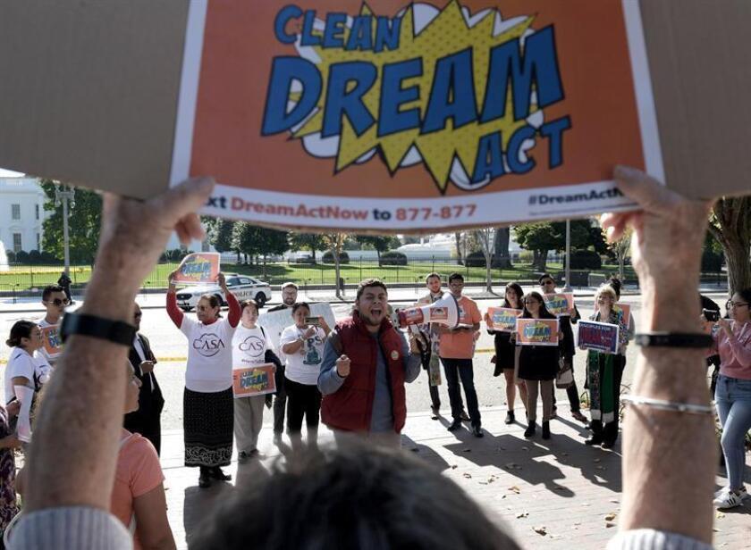 El estudiante Ricardo Campos (c), un beneficiario del programa de Acción Diferida para los Llegados en la Infancia (DACA), habla por megáfono a favor del proyecto Dream Act durante una manifestación. EFE/Archivo
