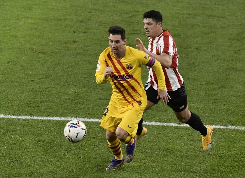 Lionel Messi del Barcelona avanza con el balón durante la victoria 3-2 ante el Athletic Bilbao