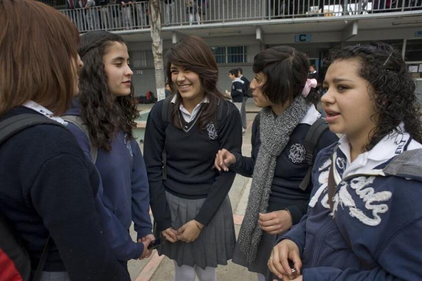 El 64,5 % de los estudiantes de tercero de secundaria tienen niveles insuficientes en matemáticas y el 33,8 % en la interpretación de textos sencillos, de acuerdo con la prueba Planea 2017 divulgada hoy. EFE/ARCHIVO