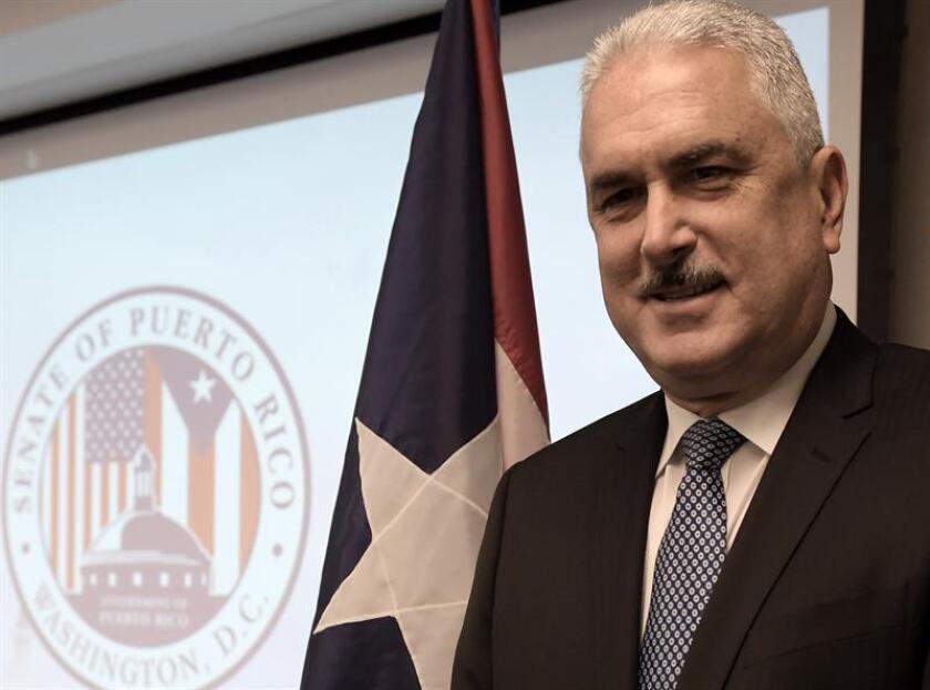 El presidente del Senado puertorriqueño, Thomas Rivera Schatz (c), posa para Efe en la nueva oficina del Senado de Puerto Rico en Washington (Estados Unidos) tras su inauguración, el miércoles 18 de abril de 2018. EFE/Archivo