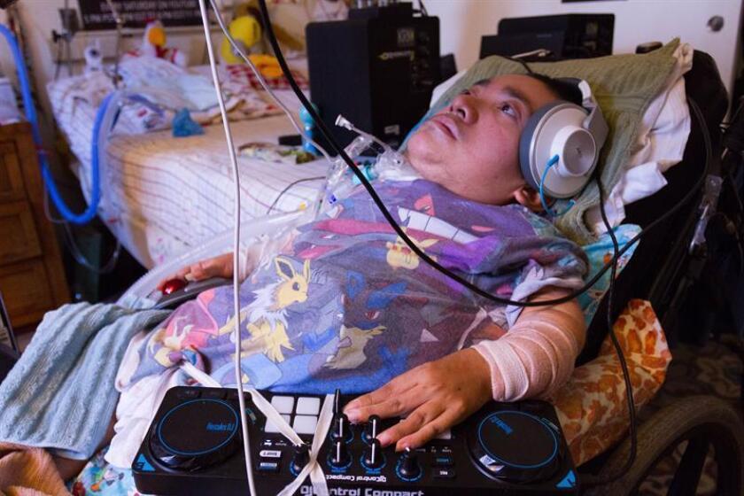 Daniel Amaya, de 24 años, compone una cancion con la ayuda de un tornamesa y una computadora portatil en su residencia en Los Angeles. Daniel, mejor conocido como DJ $W4VY (SWAVY), sufre de osteogenesis imperfecta, una extraña dolencia que le debilita los huesos y apenas le permite mover sus brazos y manos, lo cual no ha sido obstáculo para que se haya labrado un nombre como DJ en los clubes de música electrónica de Los Ángeles. EFE/