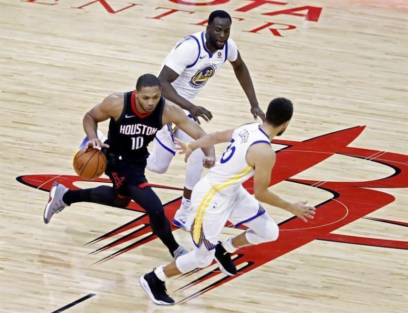 El jugador Stephen Curry (d) y Draymond Green (c) de Golden State Warriors en acción ante Eric Gordon (i) de Houston Rockets durante un partido de la NBA entre Golden State Warriors y Houston Rockets en el Toyota Center de Houston, Texas (EE.UU.). EFE