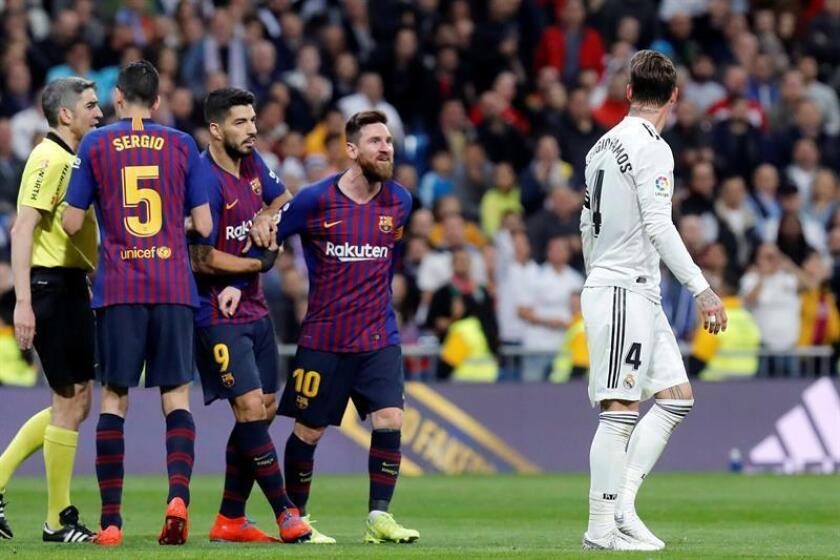 El defensa del Real Madrid, Sergio Ramos (d), y el delantero argentino del FC Barcelona, Lionel Messi (i), durante el partido de la 26? jornada de Liga en Primera División que Real Madrid y FC Barcelona jugado en el estadio Santiago Bernabéu, en Madrid. EFE