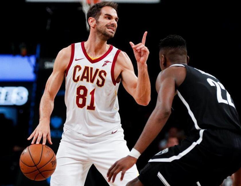 El español José Calderón (i) de Cavaliers controla el balón durante un juego de la NBA. EFE/Archivo