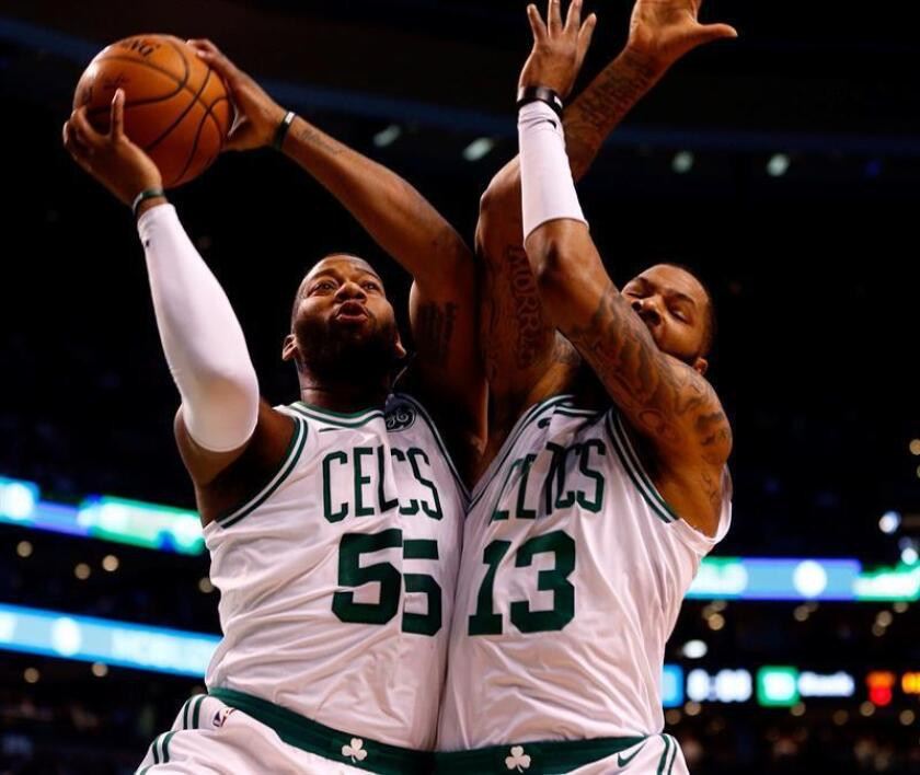 Boston Celtics Greg Monroe (L) and Boston Celtics forward Marcus Morris (R) collide when reaching for the loose ball. EFE/Archivo