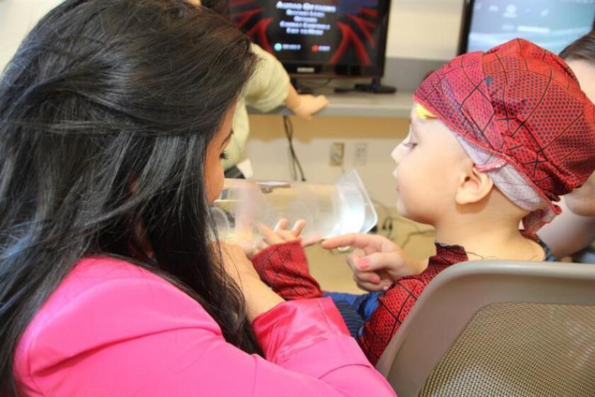 Vista de una mujer con un niño durante una cita con el médico. EFE/Archivo