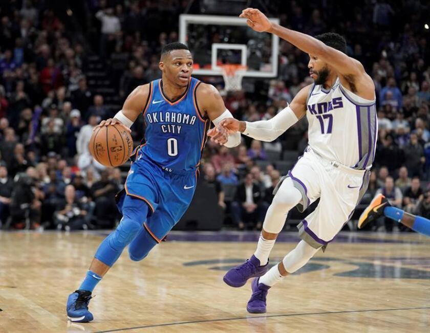 El jugador de los Kings Garrett Temple (d) lucha por el balón con Russell Westbrook (i) de los Thunder durante el partido de la NBA que enfrentó a los Thunder de Oklahoma City y a los Kings de Sacramento en el Golden 1 Center en Sacramento, California, EEUU. EFE