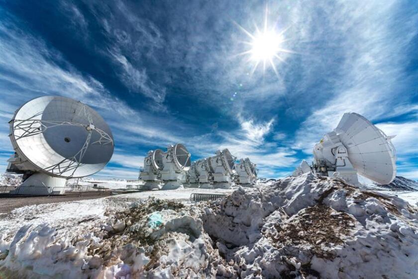 Imagen cedida por el Atacama Large Millimeter/submillimeter Array, de algunas de las 66 antenas que componen el telescopio ALMA ubicado en el desierto de Atacama, en el norte de Chile. Un grupo de astrónomos de diversos países descubrieron las huellas dejadas en sus procesos de formación por planetas que orbitan estrellas distantes, mediante el radiotelescopio ALMA (Atacama Large Millimeter/submillimeter Array), que desde el norte de Chile estudia el Universo. EFE/Fotografía cedida por ALMA (ESO/NAOJ/NRAO)