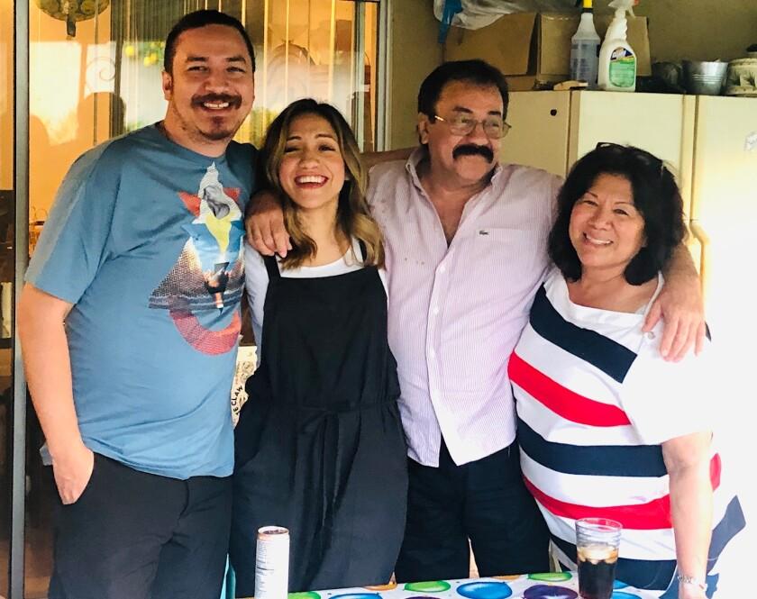 José Roberto Álvarez aparece rodeado junto a sus hijos y esposa en esta imagen de la familia.