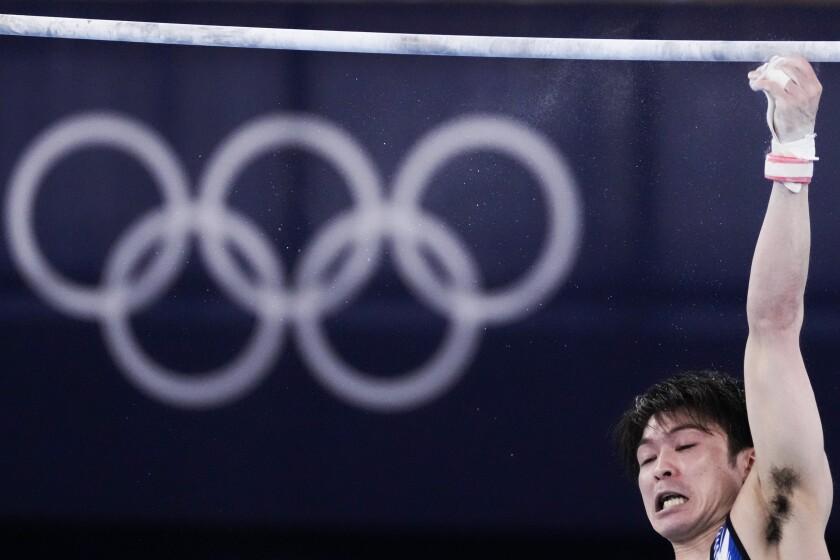El japonés Kohei Uchimura cae de la barra horizontal durante la calificación en gimnasia artística