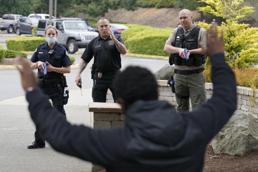 Policías del estado de Washington practican en un simulacro en Burien, Washington, el 14 de julio del 2021. (Foto AP/Ted S. Warren)