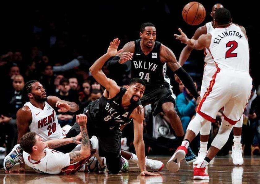 El escolta Wayne Ellington (d), Tyler Johnson (i) y Justise Winslow (2-i) de Miami Heat en acción ante el escolta Spencer Dinwiddie (3-i) y el alero Rondae Hollis-Jefferson (2-d) de Brooklyn Nets durante un partido. EFE/Archivo
