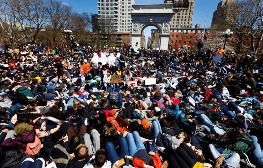 Cientos de estudiantes participan en una protesta en contra de la violencia con armas y para exigir más control con respecto a las mismas, en Nueva York, Estados Unidos, hoy, 20 de abril de 2018. EFE