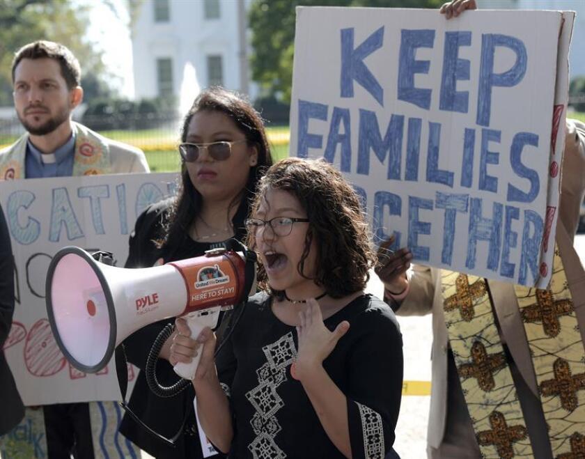 La estudiante Jacqueline Martínez (c), beneficiaria del programa de Acción Diferida para los Llegados en la Infancia (DACA), habla por megáfono a favor del proyecto Dream Act durante una manifestación. EFE/Archivo