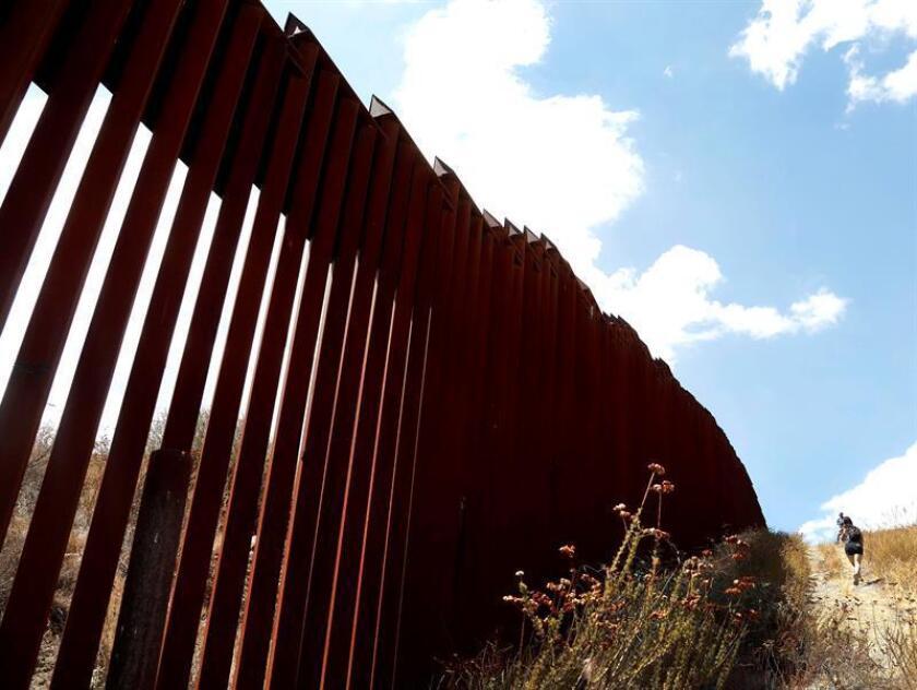 Imagen del muro de divide la frontera entre Tecate (México) y territorio estadounidense. EFE/Archivo