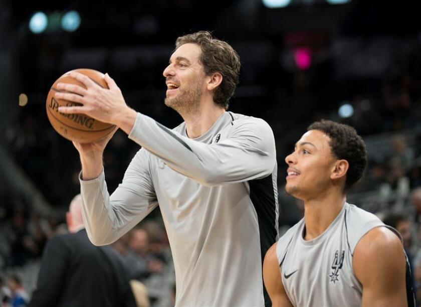Imagen de archivo del los jugadores de San Antonio Spurs Pau Gasol (i) y Bryn Forbes hacen lanzamientos de práctica. EFE/Archivo