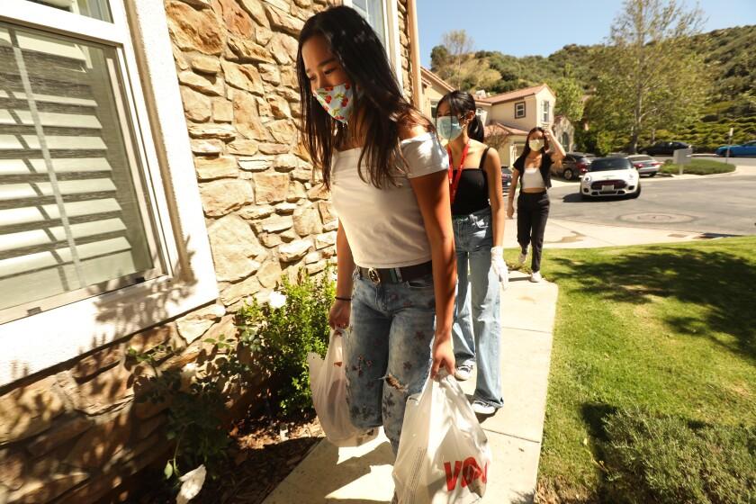535186_ME_0505_students_helping_neighbors_GEM _010.jpg