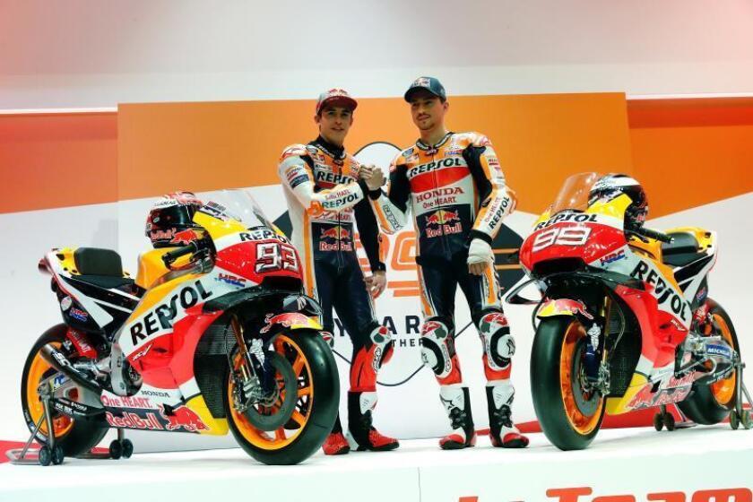 Los españoles Marc Márquez y Jorge Lorenzo, integrantes del equipo Repsol Honda para el campeonato del mundo de MotoGP de 2019, que comenzará el próximo 10 de marzo en Catar y que este miércoles se presentó en la sede de la empresa petrolera en Madrid.EFE