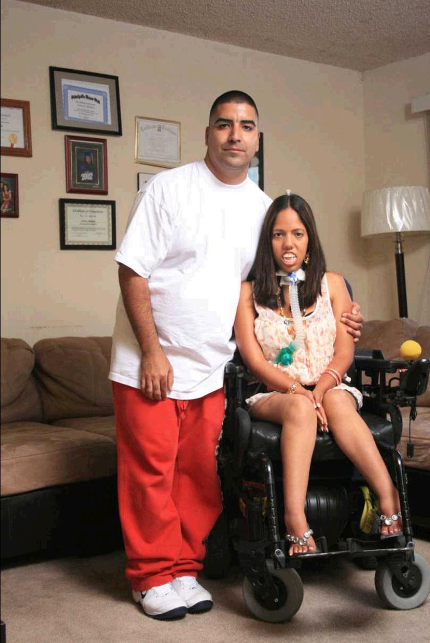 Jason Arzate, quien padece de epilepsia, comparte sus días con su esposa Jessica Romero.