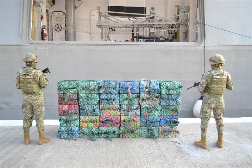 Fotografía cedida hoy, sábado 24 de marzo de 2018, por la Secretaria de Marina Armada de México (Semar), que muestra la presunta droga interceptada en mar de Guerrero(México). EFE/SEMAR/SOLO USO EDITORIAL