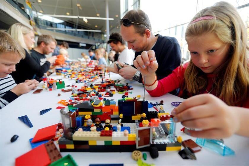 Los niños de ambos sexos que juegan con LEGOS, o en general con instrumentos que desarrollan habilidades de comprensión espacial, tienen muchas más posibilidades de ser ingenieros o científicos, según afirma un estudio difundido hoy por la Universidad de Colorado (CU) en Boulder. EFE/EPA/Archivo