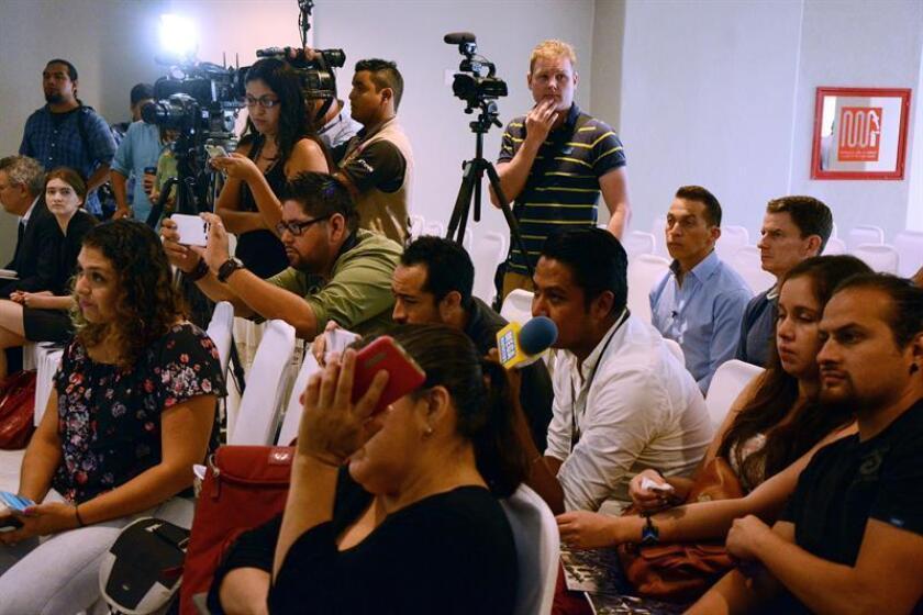 Fotografía de un grupo de periodistas cubriendo un evento. EFE/Archivo