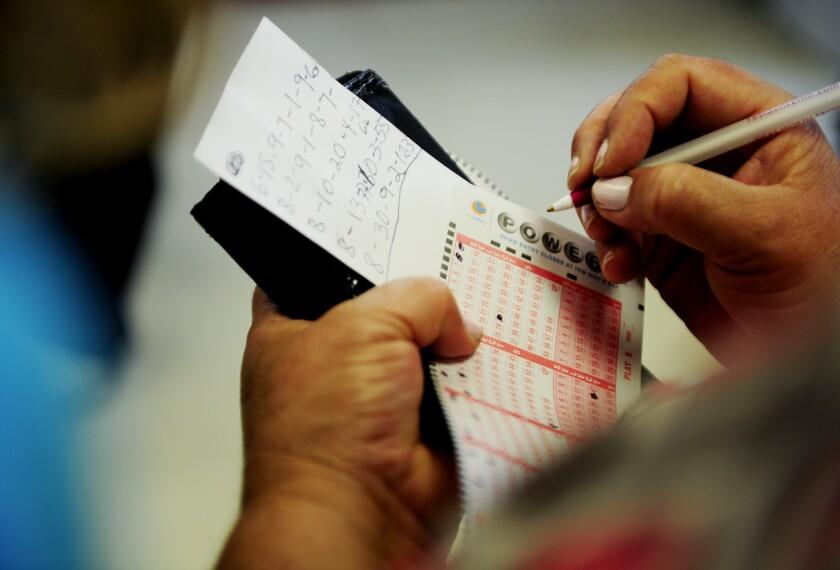 Una mujer llena un boleto de Powerball en Hawthorne, California.