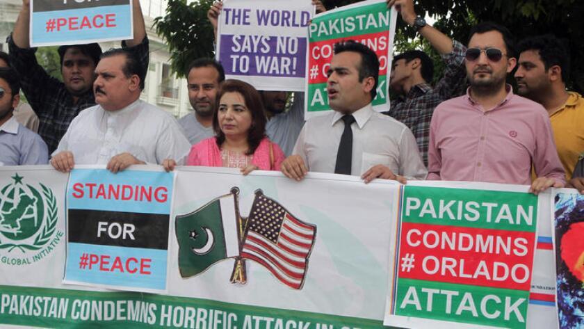 Una manifestación en Lahore, Pakistán, este martes 14 de junio, para condenar el tiroteo masivo en el club nocturno Pulse, de Orlando, Florida.