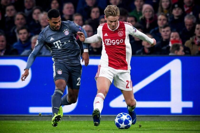 Frenkie de Jong (d) de Ajax disputa un balón con Serge Gnabry (i) de Bayern, en un partido del grupo E de la Liga de Campeones entre Ajax Amsterdam y FC Bayern Munich en Amsterdam (Holanda). EFE/Archivo