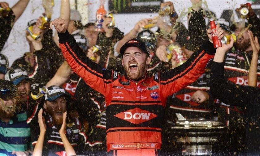 """El piloto Austin Dillon (c) del equipo """"DOW Chevrolet"""" #3 festeja junto a sus compañeros de equipo al ganar la competencia """"Daytona 500"""", en Daytona Beach. EFE"""