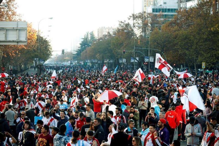 Seguidores del River Plate en la Zona de aficionados habilitada junto a la calle Raimundo Fernández Villaverde en Madrid. EFE