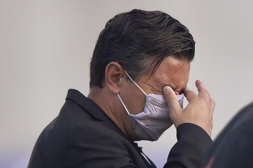 El técnico de River Plate, Marcelo Gallardo, se frota los ojos, al resentir los gases lacrimógenos rociados en las inmediaciones del estadio en Barranquilla, antes de un partido de la Copa Libertadores ante el local Junior, el miércoles 12 de mayo de 2021 (Daniel Muñoz/Pool via AP)
