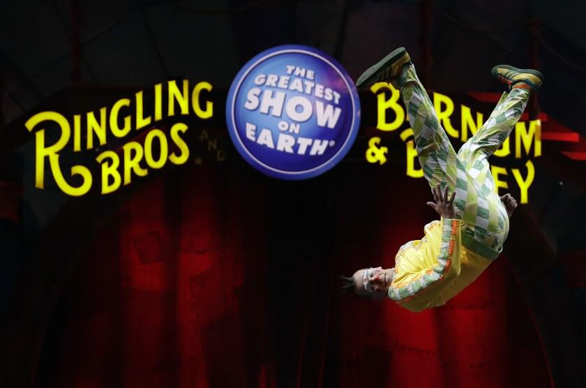 Un payaso del circo Ringling Bros. and Barnum & Bailey realiza un salto mortal durante una presentación el sábado 14 de enero de 2017 en Orlando Florida.