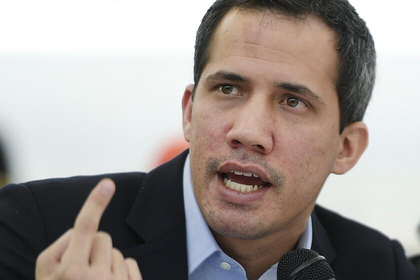 ARCHIVO - En esta fotografía de archivo del 3 de marzo de 2021, el dirigente opositor Juan Guaido hace declaraciones a la prensa en el vecindario de Los Palos Grandes de Caracas, Venezuela. (AP Foto/Matias Delacroix, Archivo)