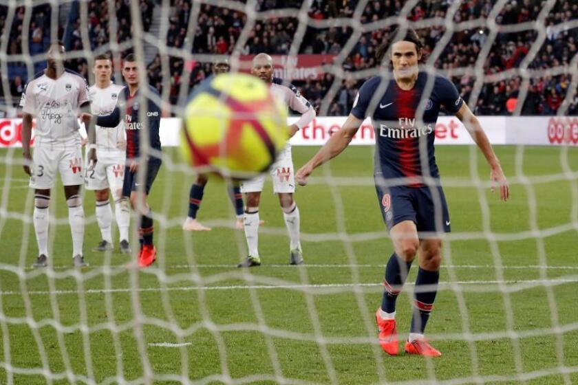 El delantero del PSG Edinson Cavani logra su gol de penalti ante el Girondins de Bordeaux en París, Francia. EFE/EPA