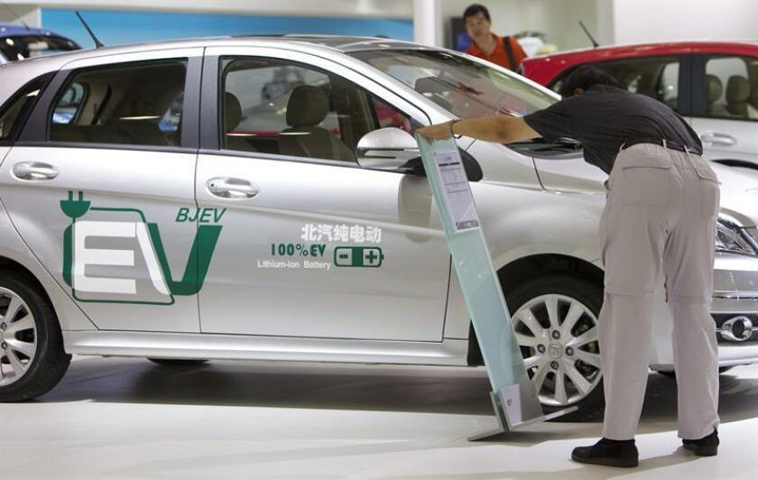 A visitor looks at the specs of a BAIC Motor C30DB electric car on display at the Chinese Brands Auto Expo in Beijing, China. EFE/Archivo