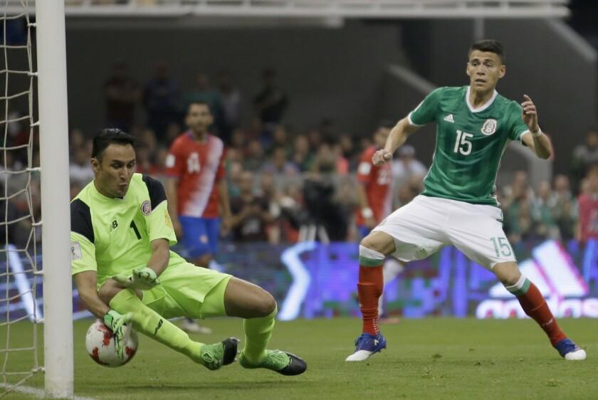 El arquero de Costa Rica Keylor Navas no logra atajar un remate a gol del mexicano Néstor Araujo