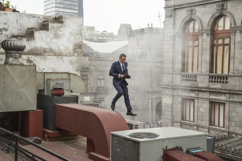 """James Bond (Daniel Craig) corre entre los techos de Ciudad de México en la nueva entrega de la saga, """"Spectre""""."""