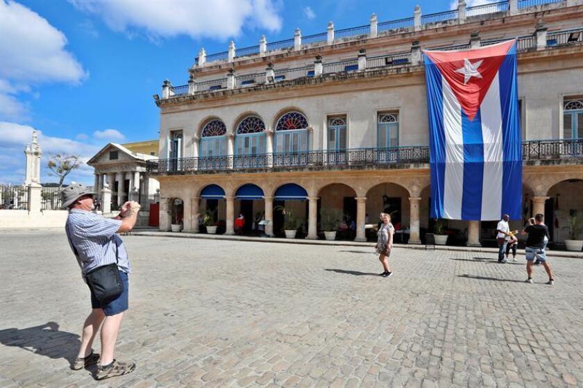 Turistas disfrutan en La Habana, Cuba. EFE/Archivo