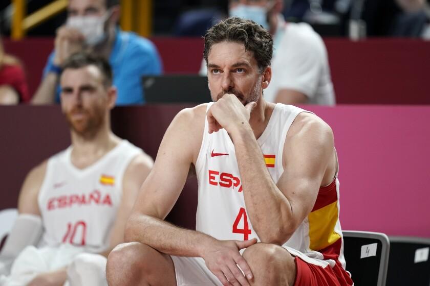 Pau Gasol sigue el partido entre España y Eslovenia de la fase de grupos del torneo olímpico de Tokio 2020