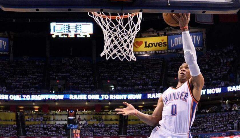 Russell Westbrook de Thunder encesta durante un partido de la NBA. EFE/Archivo