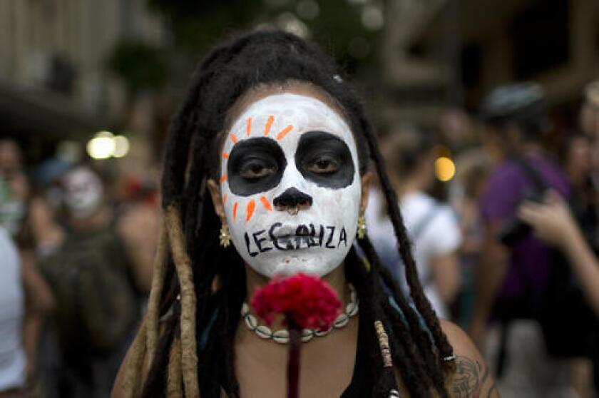 En esta fotografía una mujer marcha contra una votación reciente de una comisión del Congreso para hacer que el aborto sea ilegal sin excepción en todo Brasil, en Río de Janeiro. En la actualidad el aborto se permite en los casos de violación, si el embarazo pone en riesgo la vida de la mujer o si el feto padece anencefalia, pero la comisión adoptó una medida que retiraría esas excepciones. (AP Foto/Silvia Izquierdo)