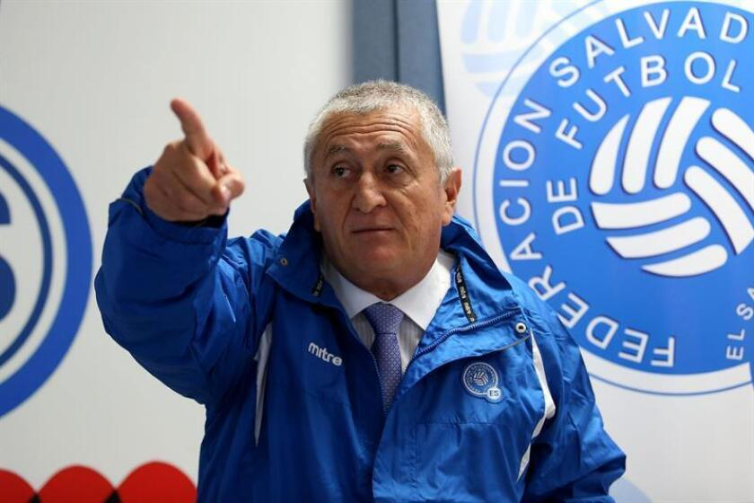 El técnico de El Salvador, el colombiano Eduardo Lara. EFE/Archivo