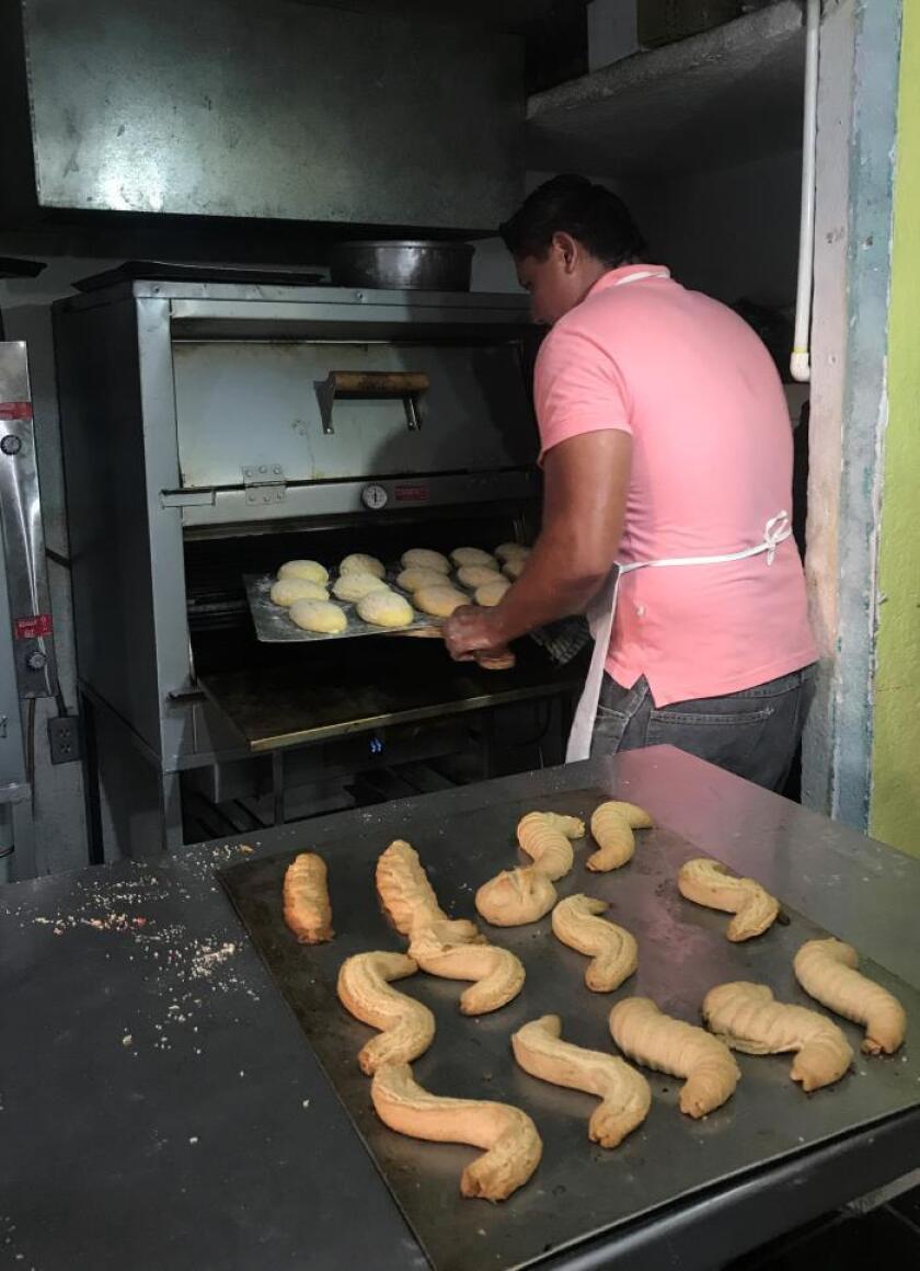 Vista de una persona que elabora pan. EFE/Archivo