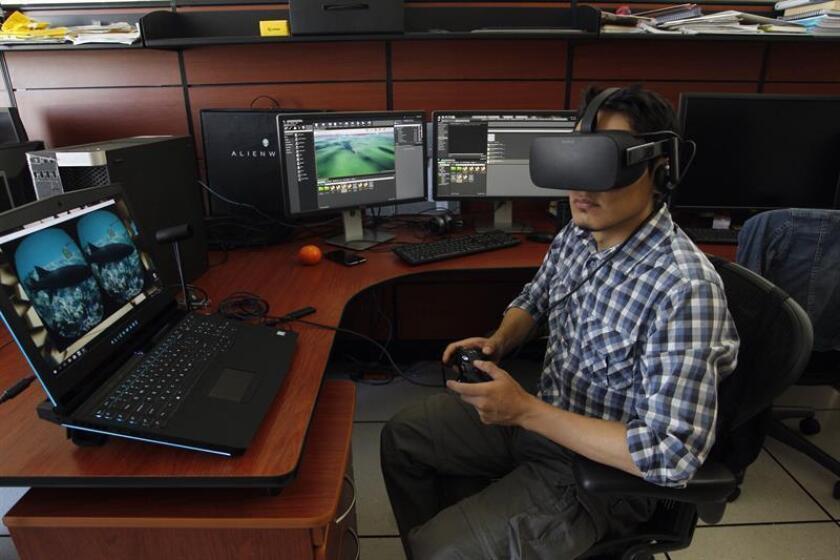 Fotografía del 06 de noviembre de 2017 que muestra al biólogo y especialista en realidad virtual Genhis de la Borbolla, mostrando un gráfico de un mapa de distribución vectórica, en Ciudad de México (México). EFE